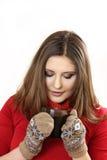Η νέα γυναίκα κρατά ένα φλυτζάνι διαθέσιμο στοκ φωτογραφίες
