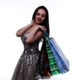 Η νέα γυναίκα κρατά τις τσάντες αγορών Στοκ Εικόνα