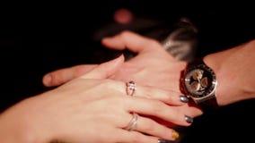 Η νέα γυναίκα κτυπά ήπια το χέρι φίλων του απόθεμα βίντεο