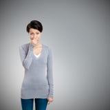 Η νέα γυναίκα κλείνει τη μύτη της με το χέρι στοκ φωτογραφίες