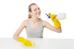 Η νέα γυναίκα με σκουπίζει και καθαρίζοντας ψεκασμός που απομονώνεται Στοκ Εικόνες