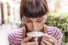 Η νέα γυναίκα με τα μπλε μάτια παίρνει τα χείλια της βρώμικα με την κρέμα στοκ φωτογραφίες με δικαίωμα ελεύθερης χρήσης