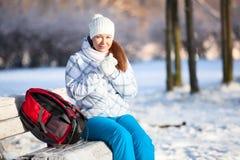 Η νέα γυναίκα με τη θέρμανση σακιδίων πλάτης παραδίδει τα γάντια στο χειμώνα, copyspace Στοκ Εικόνες