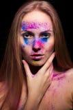 Η νέα γυναίκα με τη σκόνη μόδας αποτελεί Στοκ Φωτογραφία