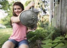 Η νέα γυναίκα με το πότισμα μπορεί Στοκ Εικόνες