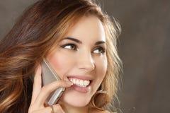 Η νέα γυναίκα μιλά με το κινητό τηλέφωνο στοκ εικόνες