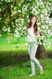 Η νέα γυναίκα μόδας άνοιξη καλλιεργεί την άνοιξη άνοιξη Summertim Στοκ Φωτογραφία
