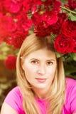 Η νέα γυναίκα μόδας άνοιξη με τα τριαντάφυλλα καλλιεργεί την άνοιξη springti Στοκ Εικόνες