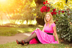 Η νέα γυναίκα μόδας άνοιξη με τα τριαντάφυλλα καλλιεργεί την άνοιξη springti Στοκ φωτογραφία με δικαίωμα ελεύθερης χρήσης