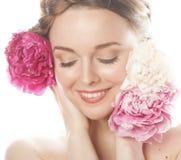 Η νέα γυναίκα ομορφιάς με μαλακό τρυφερό ευγενή κινηματογραφήσεων σε πρώτο πλάνο λουλουδιών peony ρόδινο makeup κοιτάζει Στοκ εικόνα με δικαίωμα ελεύθερης χρήσης