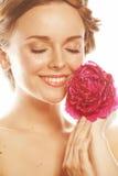 Η νέα γυναίκα ομορφιάς με μαλακό τρυφερό ευγενή κινηματογραφήσεων σε πρώτο πλάνο λουλουδιών peony ρόδινο makeup κοιτάζει Στοκ φωτογραφίες με δικαίωμα ελεύθερης χρήσης