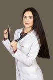 Η νέα γυναίκα ο γιατρός σε έναν άσπρο επίδεσμο ντύνει Στοκ φωτογραφίες με δικαίωμα ελεύθερης χρήσης