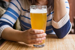 Η νέα γυναίκα πίνει την μπύρα Στοκ φωτογραφία με δικαίωμα ελεύθερης χρήσης