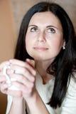 Η νέα γυναίκα πίνει το καυτό τσάι Στοκ φωτογραφίες με δικαίωμα ελεύθερης χρήσης