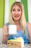 Η νέα γυναίκα πίνει το τσάι Στοκ Εικόνες