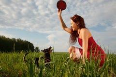 Παιχνίδι με το σκυλί στο πάρκο Στοκ Εικόνες