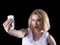 Η νέα γυναίκα παίρνει ένα selfie Στοκ Φωτογραφία