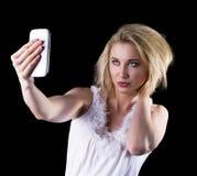 Η νέα γυναίκα παίρνει ένα selfie Στοκ Φωτογραφίες