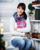 Η νέα γυναίκα παίρνει το κιβώτιο δώρων Στοκ Εικόνα