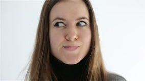 Η νέα γυναίκα παρουσιάζει τα συναισθήματα και συγκινήσεις στο πρόσωπό της κλείστε επάνω απόθεμα βίντεο