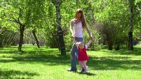 Η νέα γυναίκα περπατά με το μικρό κορίτσι απόθεμα βίντεο