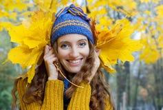 Η νέα γυναίκα περπατά στο δάσος φθινοπώρου Στοκ εικόνα με δικαίωμα ελεύθερης χρήσης