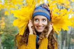 Η νέα γυναίκα περπατά στο δάσος φθινοπώρου Στοκ Εικόνα