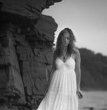 Η νέα γυναίκα πηγαίνει κατά μήκος της ακτής στοκ φωτογραφίες