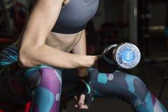 Η νέα γυναίκα πηγαίνει μέσα για τον αθλητισμό στη γυμναστική Στοκ φωτογραφίες με δικαίωμα ελεύθερης χρήσης