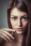 Η νέα γυναίκα πορτρέτου γοητείας ομορφιάς με το τέλειο φυσικό makeup κοιτάζει Στοκ Φωτογραφία