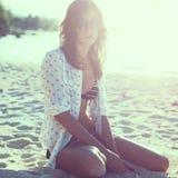 Η νέα γυναίκα που απολαμβάνει την ηλιόλουστη ημέρα στην τροπική συνεδρίαση παραλιών στην άμμο τόνισε instagram το φίλτρο Στοκ φωτογραφίες με δικαίωμα ελεύθερης χρήσης