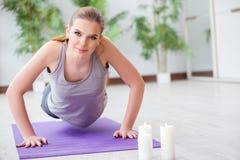 Η νέα γυναίκα που ασκεί στην αθλητική αίθουσα στην υγιή έννοια στοκ φωτογραφία με δικαίωμα ελεύθερης χρήσης