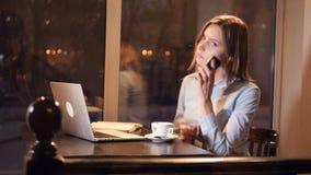 Η νέα γυναίκα που κάνει τα τηλεφωνήματα slider Κινηματογράφηση σε πρώτο πλάνο 4K απόθεμα βίντεο