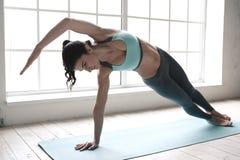 Η νέα γυναίκα που κάνει τη γιόγκα θέτει τον υγιή τρόπο ζωής άσκησης Στοκ Εικόνες