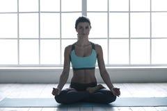 Η νέα γυναίκα που κάνει τη γιόγκα θέτει τον υγιή τρόπο ζωής άσκησης Στοκ φωτογραφίες με δικαίωμα ελεύθερης χρήσης