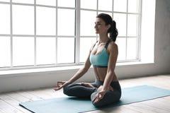 Η νέα γυναίκα που κάνει τη γιόγκα θέτει τον υγιή τρόπο ζωής άσκησης Στοκ Εικόνα