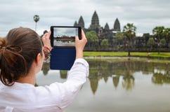 Η νέα γυναίκα που παίρνει τις εικόνες στο ναό Angkor Wat, παγκόσμια κληρονομιά της ΟΥΝΕΣΚΟ, Siem συγκεντρώνει την επαρχία, Καμπότ Στοκ φωτογραφία με δικαίωμα ελεύθερης χρήσης