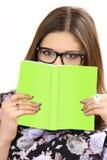 Η νέα γυναίκα που φορά τα γυαλιά κρατά το βιβλίο διαθέσιμο στοκ εικόνες με δικαίωμα ελεύθερης χρήσης