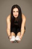Η νέα γυναίκα πραγματοποιεί την αθλητική άσκηση στοκ εικόνα