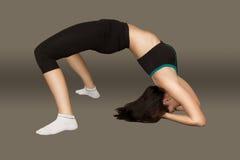 Η νέα γυναίκα πραγματοποιεί την αθλητική άσκηση στοκ εικόνα με δικαίωμα ελεύθερης χρήσης