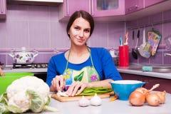 Η νέα γυναίκα προετοιμάζεται Στοκ φωτογραφία με δικαίωμα ελεύθερης χρήσης