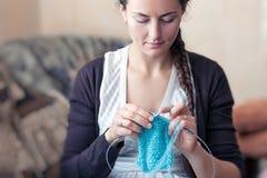 Η νέα γυναίκα πλέκει Στοκ Εικόνα