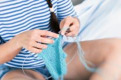 Η νέα γυναίκα πλέκει Στοκ Φωτογραφία