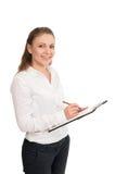 Η νέα γυναίκα σε ένα άσπρο πουκάμισο κρατά τα έγγραφα γραφείων απομονωμένος Στοκ εικόνες με δικαίωμα ελεύθερης χρήσης