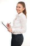 Η νέα γυναίκα σε ένα άσπρο πουκάμισο κρατά τα έγγραφα γραφείων Στοκ Εικόνες