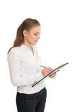 Η νέα γυναίκα σε ένα άσπρο πουκάμισο κρατά τα έγγραφα γραφείων στοκ εικόνες με δικαίωμα ελεύθερης χρήσης