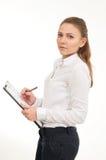 Η νέα γυναίκα σε ένα άσπρο πουκάμισο κρατά τα έγγραφα γραφείων Στοκ Φωτογραφία