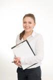 Η νέα γυναίκα σε ένα άσπρο πουκάμισο κρατά τα έγγραφα γραφείων Στοκ Εικόνα