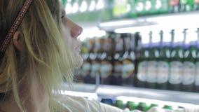 Η νέα γυναίκα σκέφτεται ποια ποτά για να αγοράσει απόθεμα βίντεο