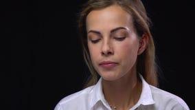 Η νέα γυναίκα σπάζει τη λυπημένη έκφραση με την παρουσίαση γλώσσας της με ένα χαμόγελο στο πρόσωπό της απόθεμα βίντεο